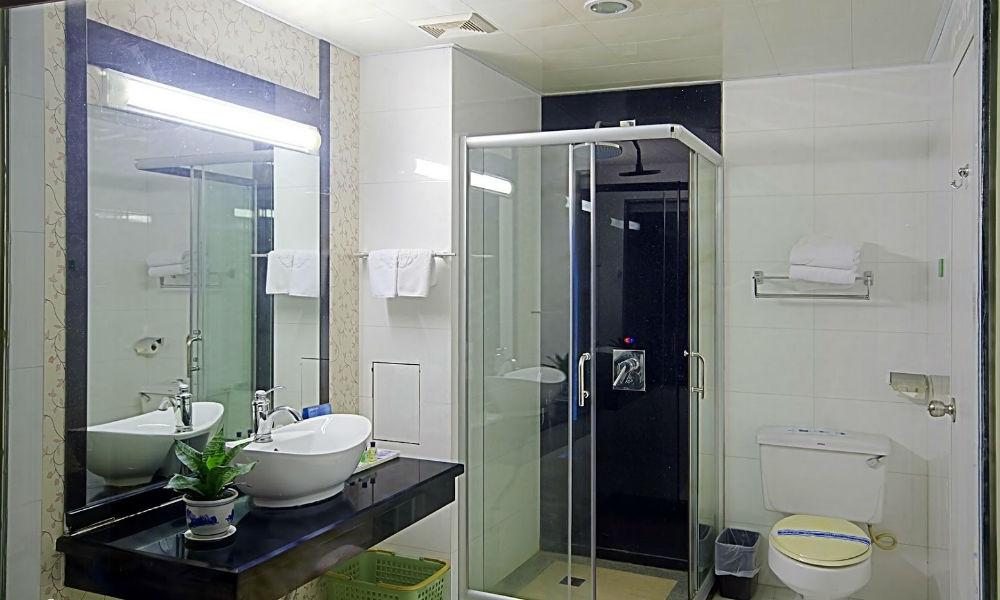 kamar mandi unit apartemen di tanjung duren